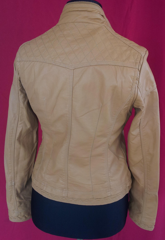 Dámska kožená bunda Sikeman prechodná eco-koža . Farba  karamelová.  zapínanie na zips. Kvalitne spracovaná bunda s kvalitného materiálu pre  dlhú životnosť. 9ce61d15064