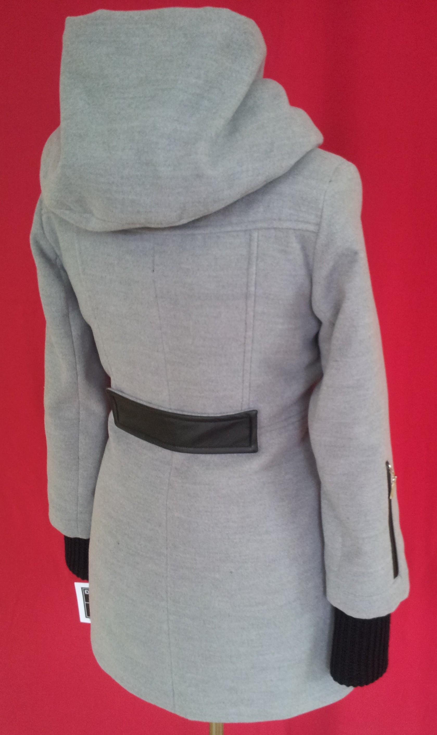 d527b6f0c Dlhý zimný dámsky kabát s kapucňou. Dvojradové zapínanie na gombíky Farby:  čierna, bledo šedá. Zloženie: 70% Vlna, 20% polyamid, 10% kašmír.